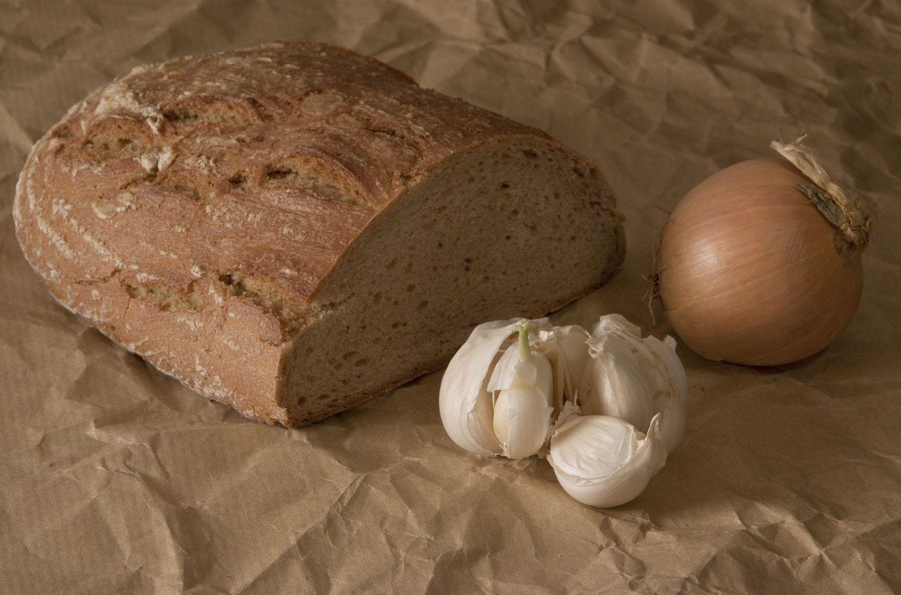 angeschnittener Brotlaib, Knoblauch und Zwiebel, Stillleben - stillife, bread, onion and garlic