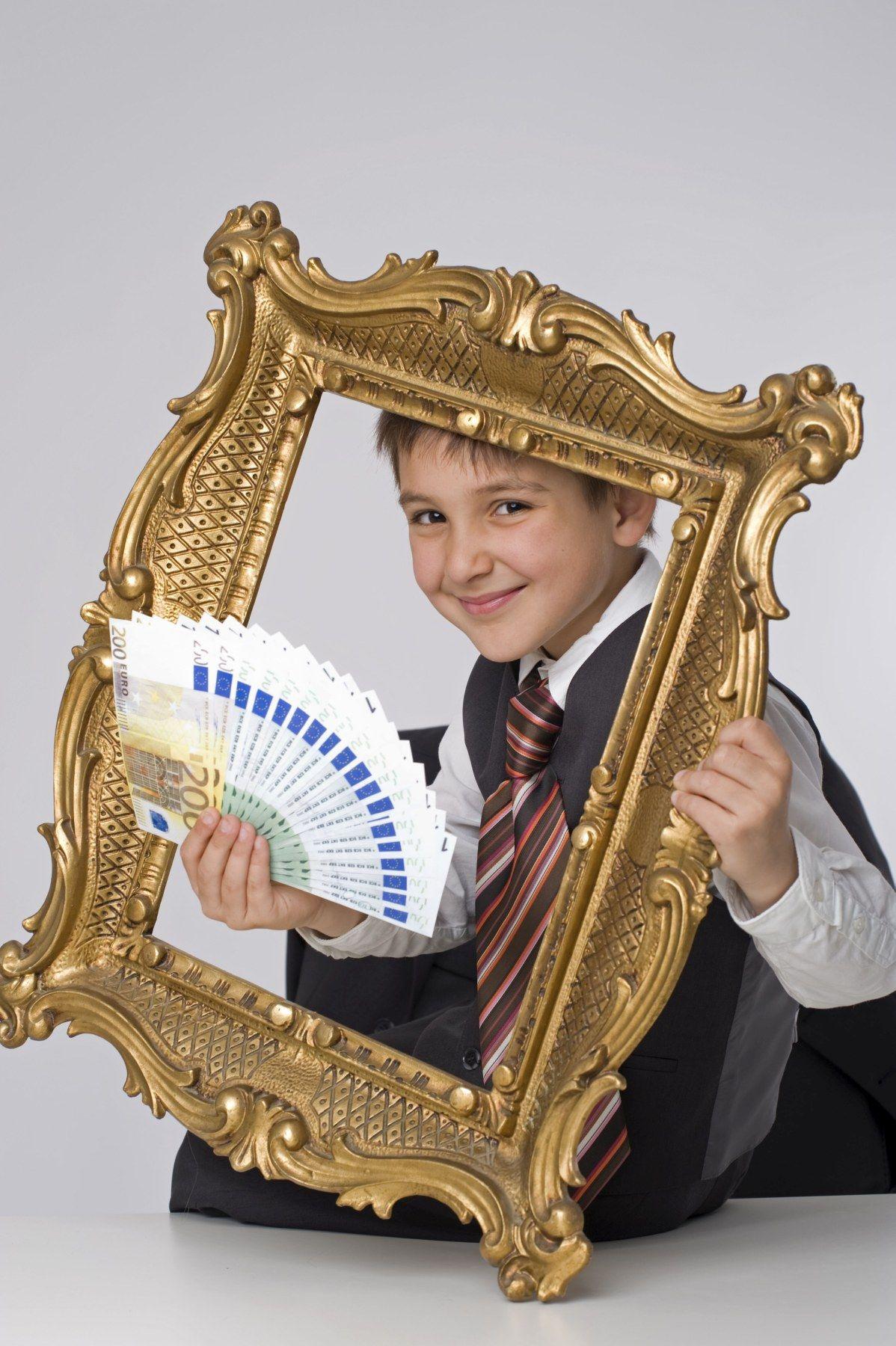 Reicher, kleiner Gesch‰ftsmann im goldenen Rahmen - rich, little businessman in golden frame