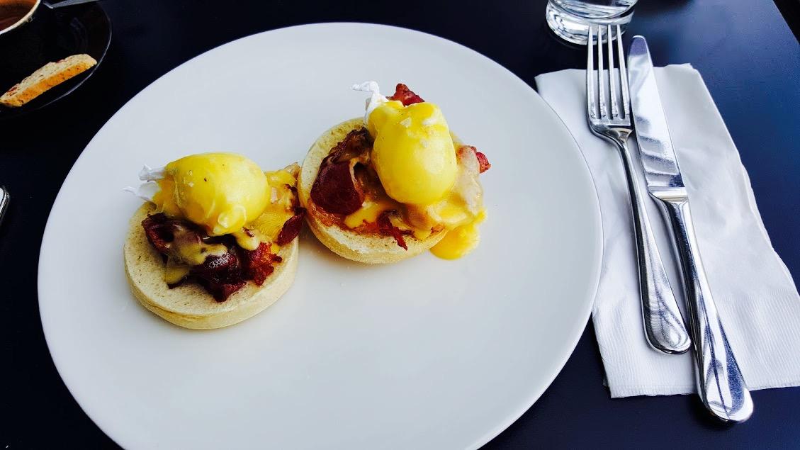 Ouă, bacon, pâine = mic-dejun