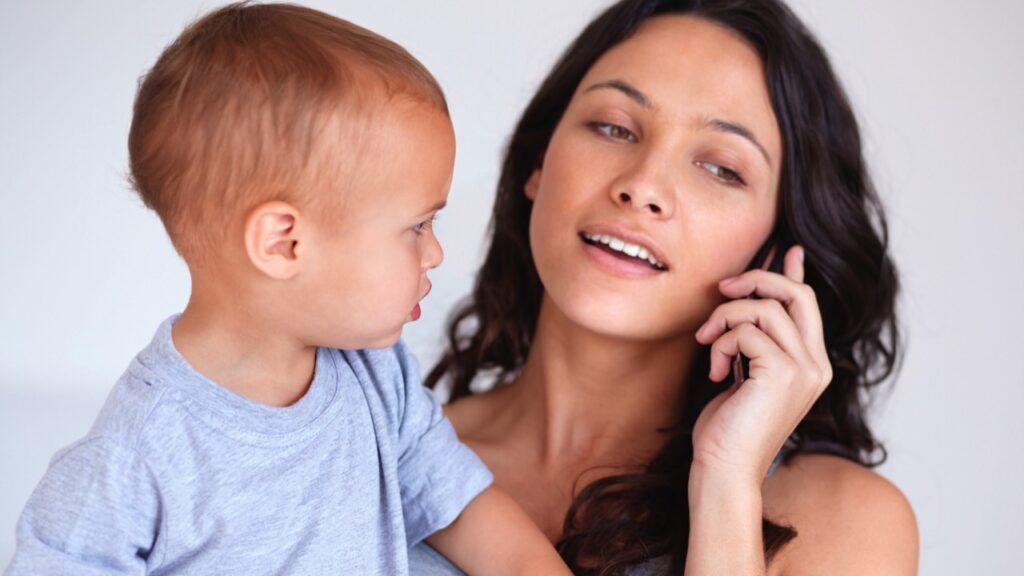 Ce se întâmplă când părinții își neglijează copiii în favoarea smartphone-ului?