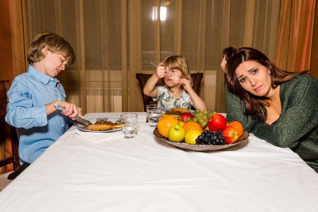 Cine și cum îi face pe copii să mănânce?