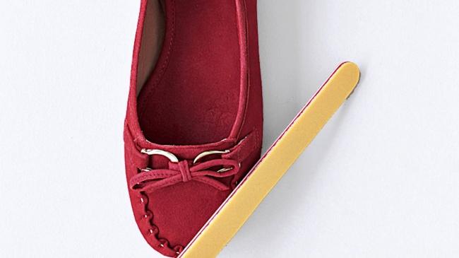 O pilă abrazivă este perfectă pentru a curăța pantofii de velur.