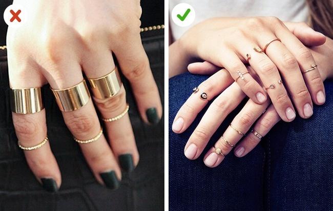 Inelele groase nu arată bine pe degetele scurte, deși cele subțiri le pot face să pară mai lungi.