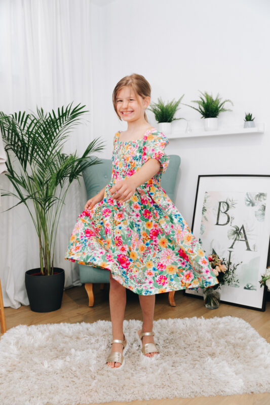 fetita in rochie cu flori