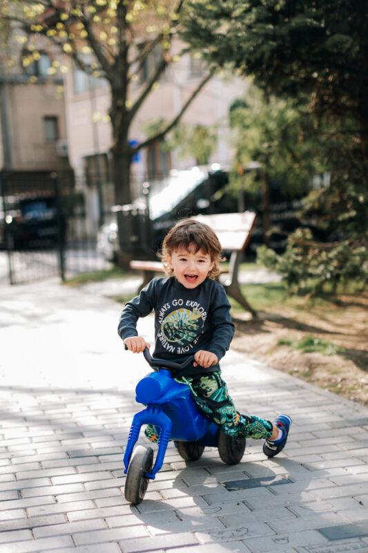 baietel pe bicicleta